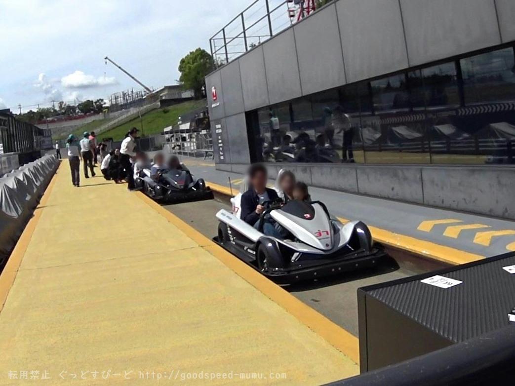 F1のコースを走るサーキットチャレンジャーに乗った